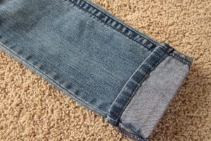 Ecco come accorciare i jeans mantenendo l'orlo originale