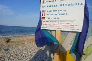 I naturisti puliscono la spiaggia delle Morge